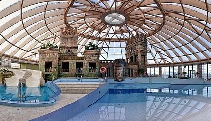 Traieste experienta unui <b>Revelion de Lux</b> la <b>Hotel Ramada Resort AquaWorld 4* SUPERIOR</b> la un pret special! Cu un <b>voucher de 49 RON</b> vei plati la agentie <b>doar 3381 RON</b> in loc de 3992 RON (reducere 611 RON). <b>Sejur 3 nopti</b> (4 zile) pentru 2 persoane in camera dubla, <b>multiple facilitati premium incluse</b>. Copii sub 7 ani gratuit. Oferta limitata!, Poza 1